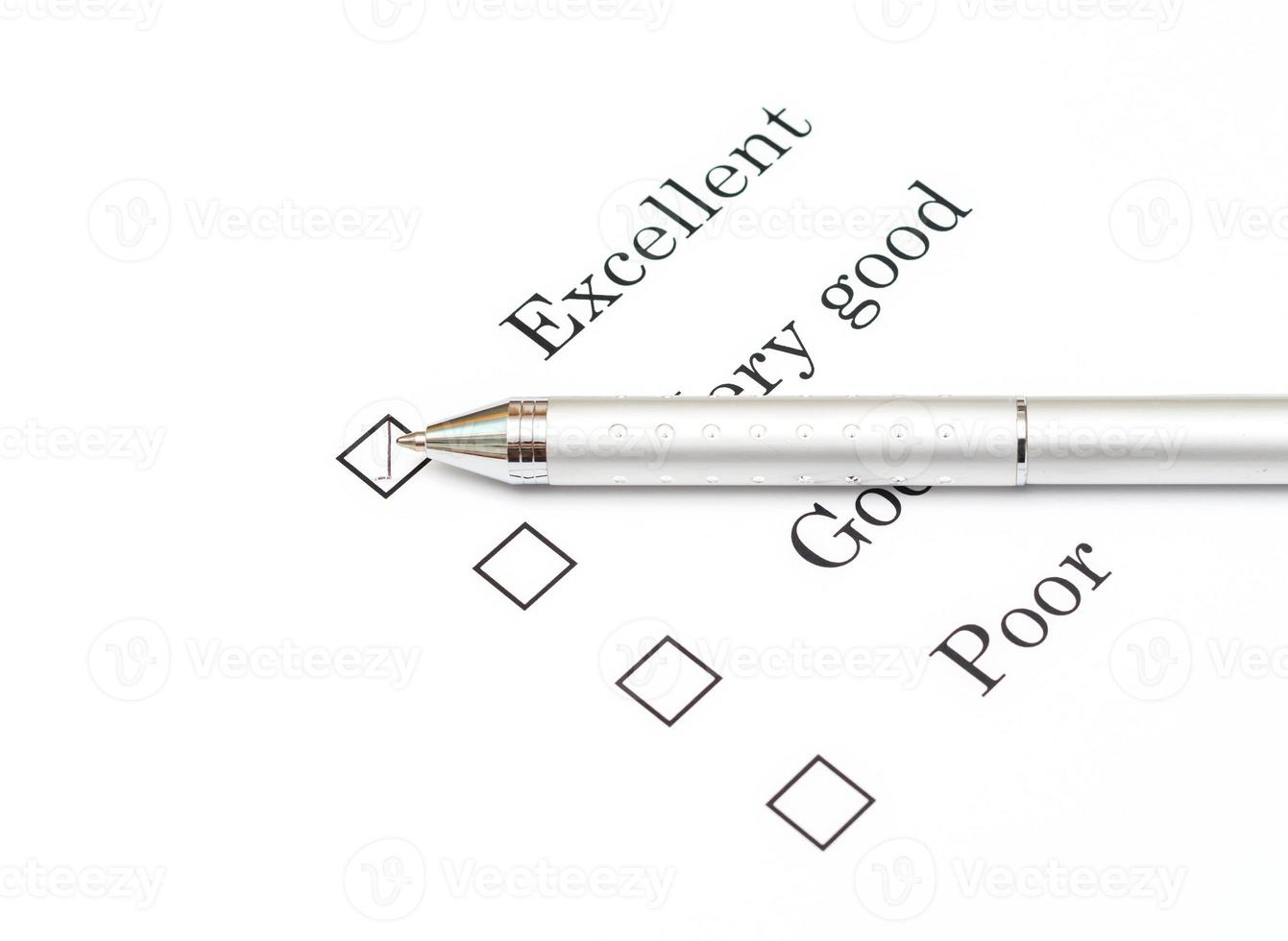 Mit dem Stift auf dem Dokument des Umfragepapiers ausgezeichnet markieren foto