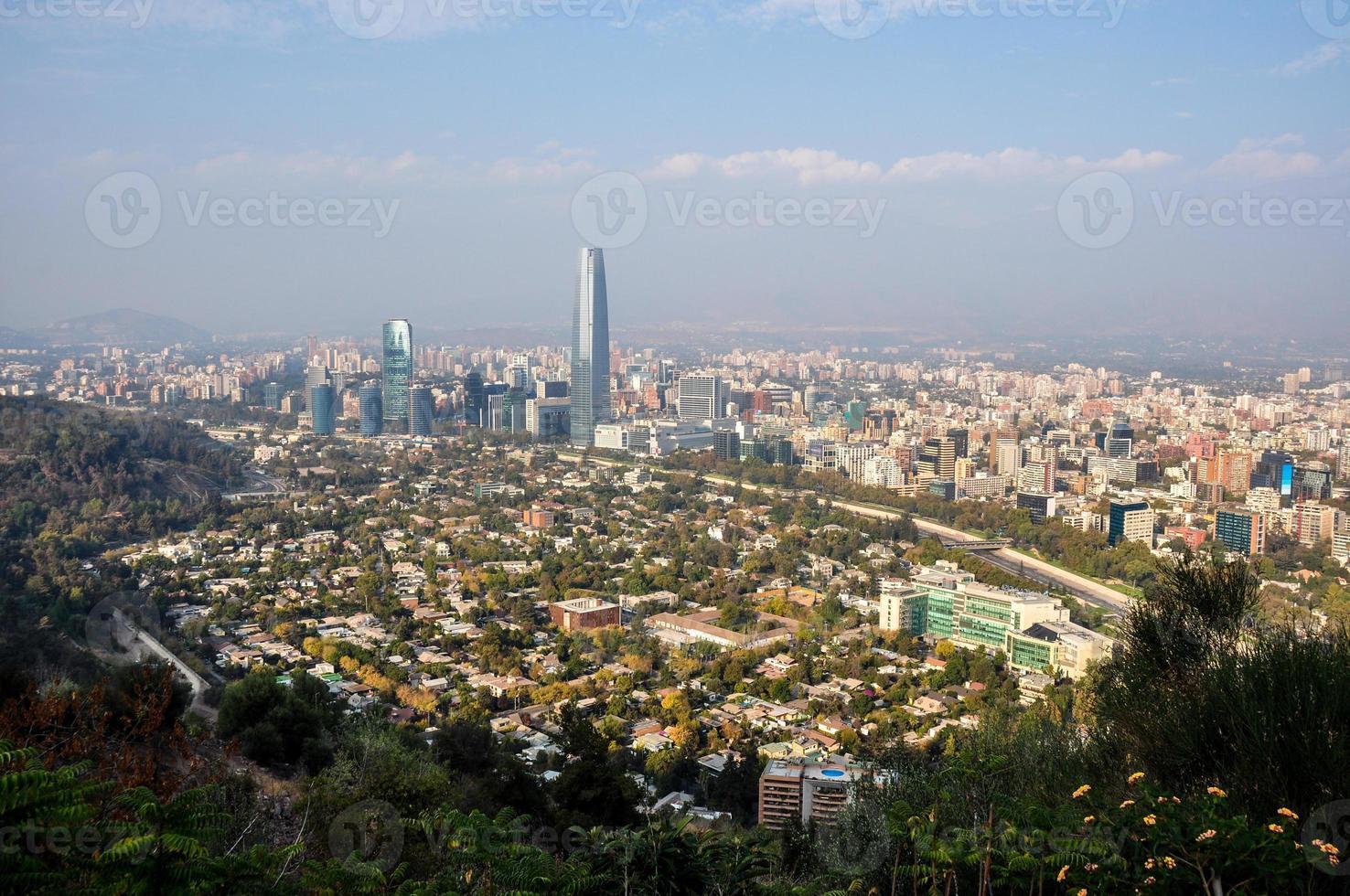 Blick auf die Skyline von Santiago von Cerro San Cristobal, Chile foto