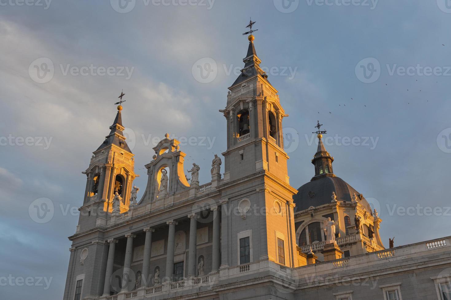 Almudena Kathedrale in Madrid in der Abenddämmerung foto