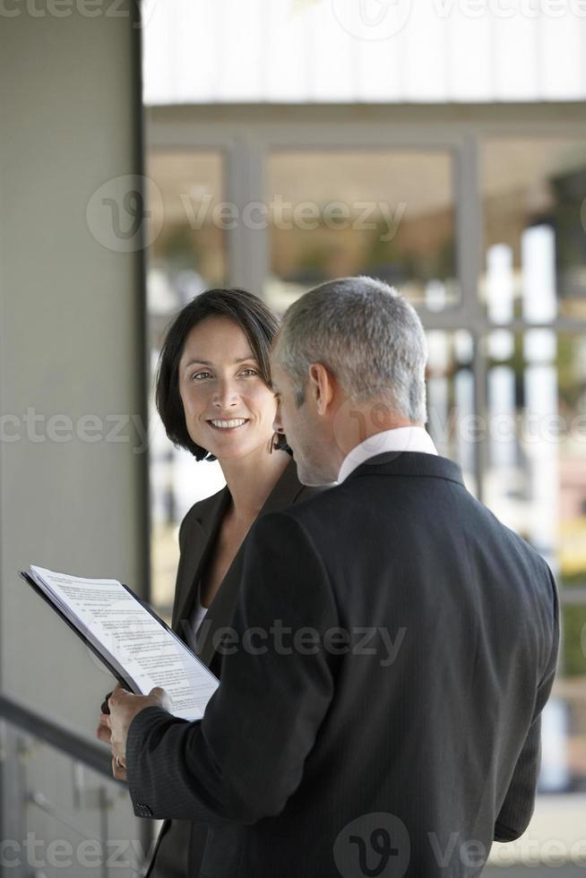 Geschäftsleute, die Dokumente überprüfen foto