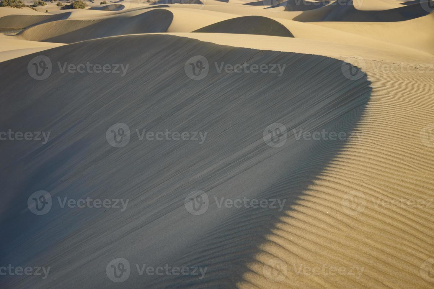 sandige und wellige Dünen in einer Wüste aus Gran Canaria foto