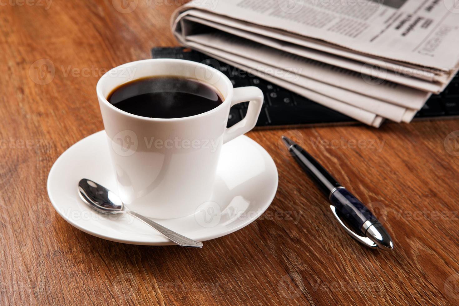 Tasse Kaffee und die Zeitung foto