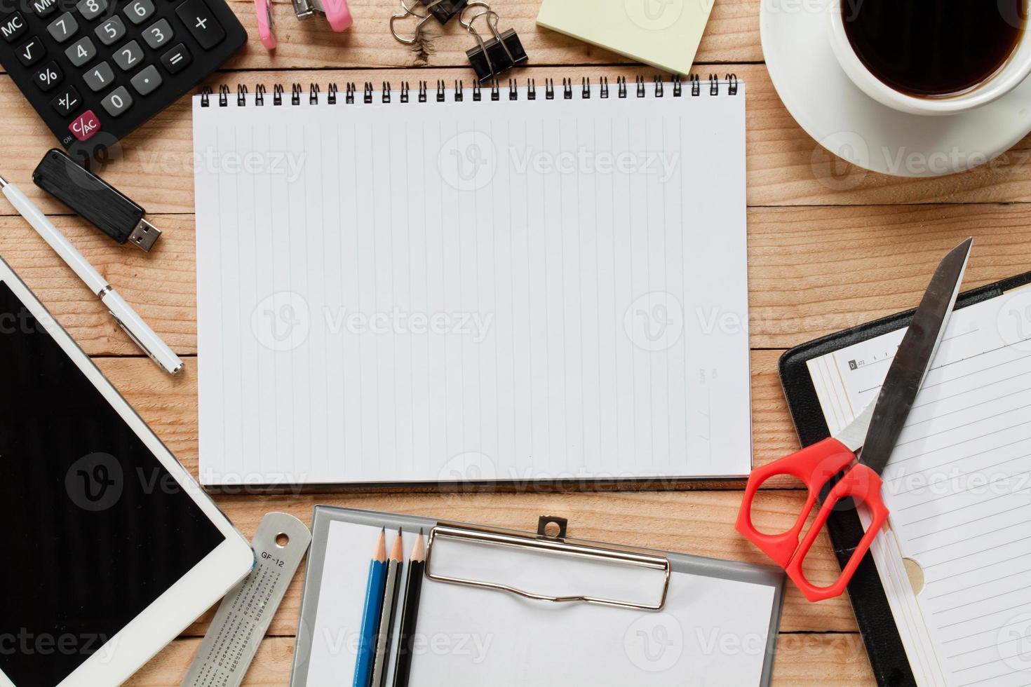 Arbeitstisch mit Dokumenten bedeckt. Ansicht von oben. foto
