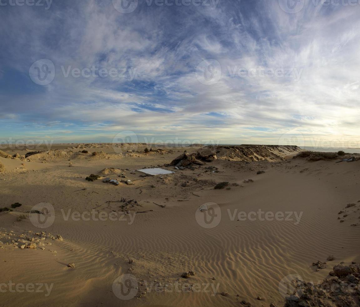 Wüste und blauer Himmel in Ad Dakhla, Südmarokko foto