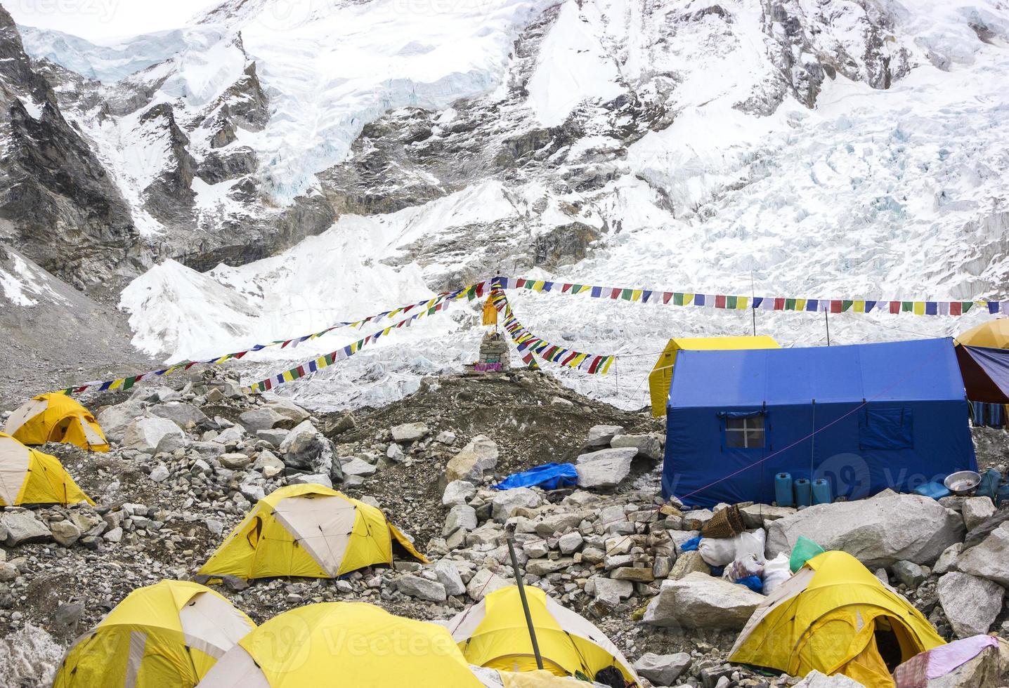 Zelte im Everest Base Camp, bewölkter Tag. foto