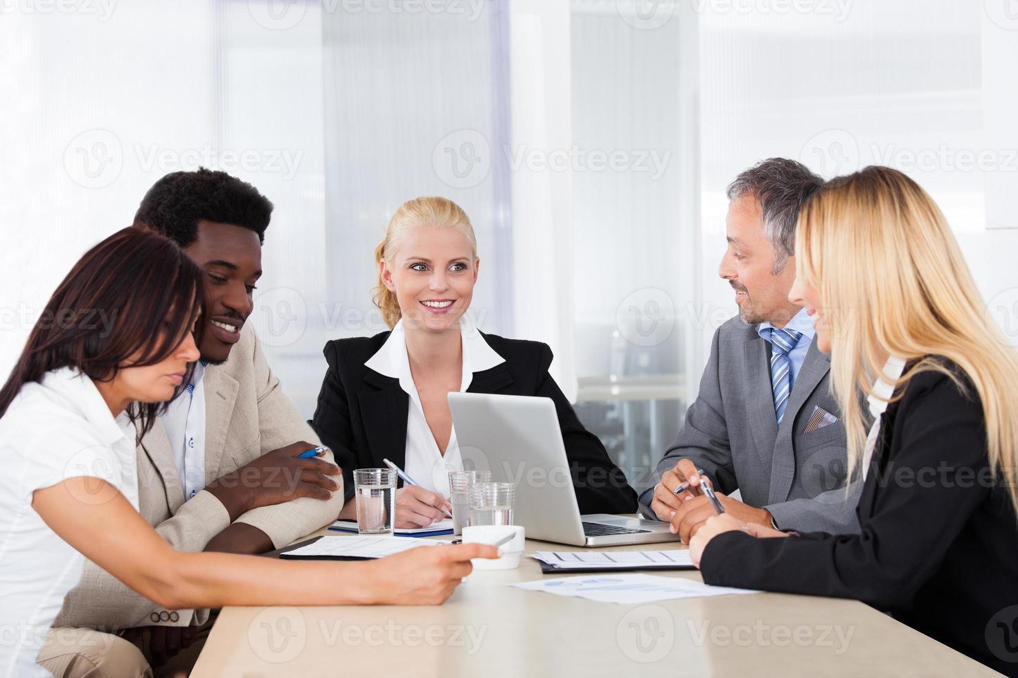 Gruppe von Geschäftsleuten, die zusammen diskutieren foto