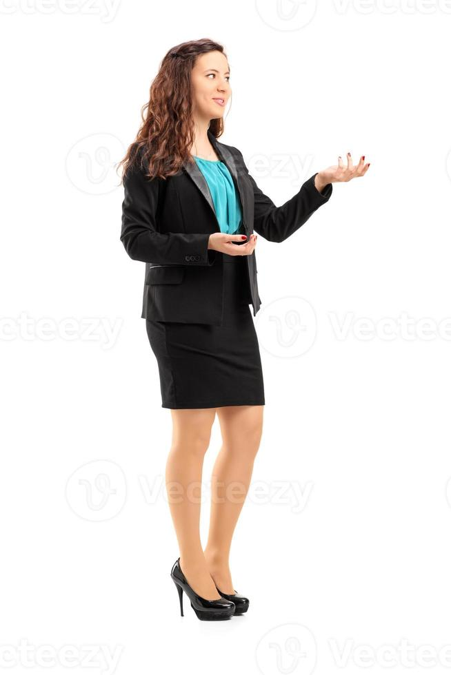 junge berufstätige Frau während einer Diskussion foto