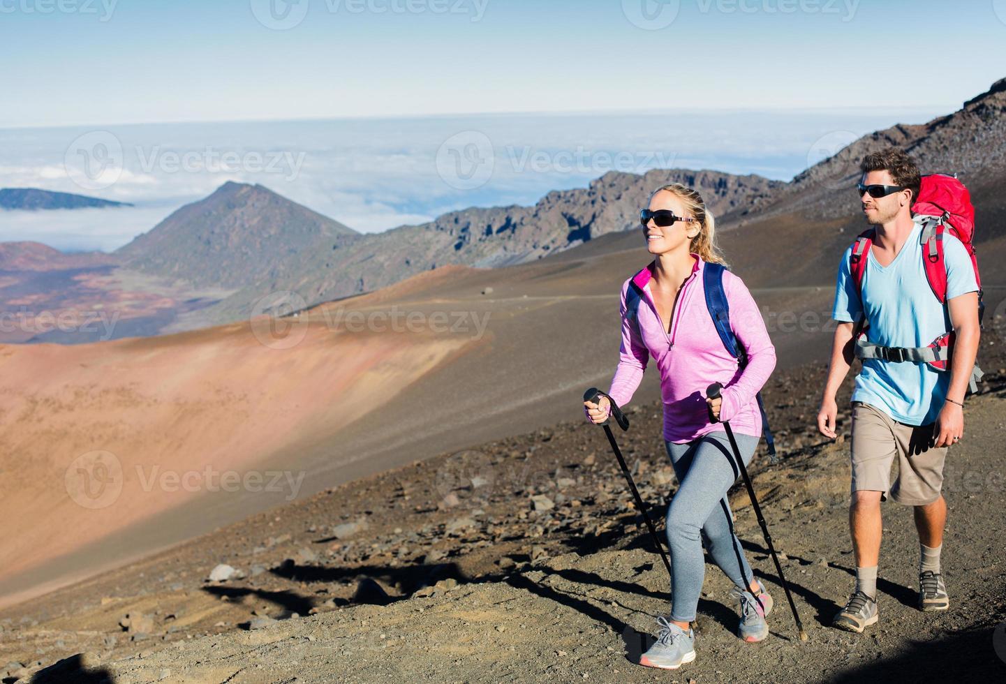 Mann und Frau wandern auf schönem Bergweg foto