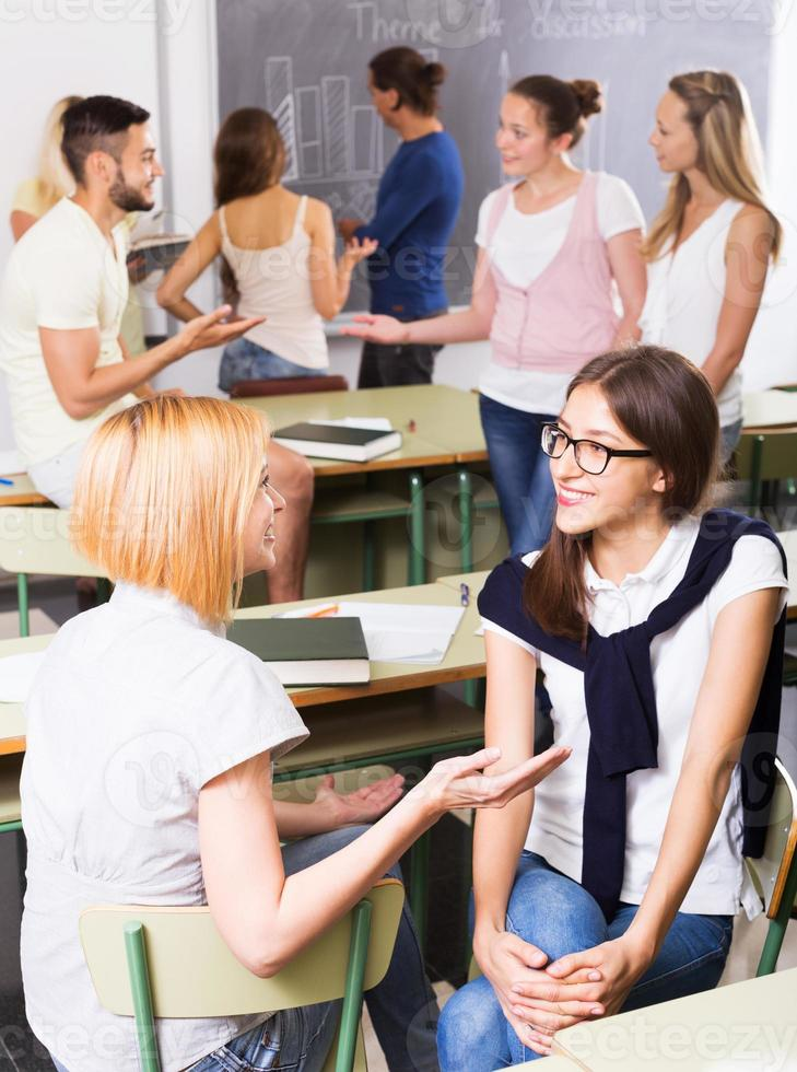 lächelnde Schüler während der Pause im Klassenzimmer foto