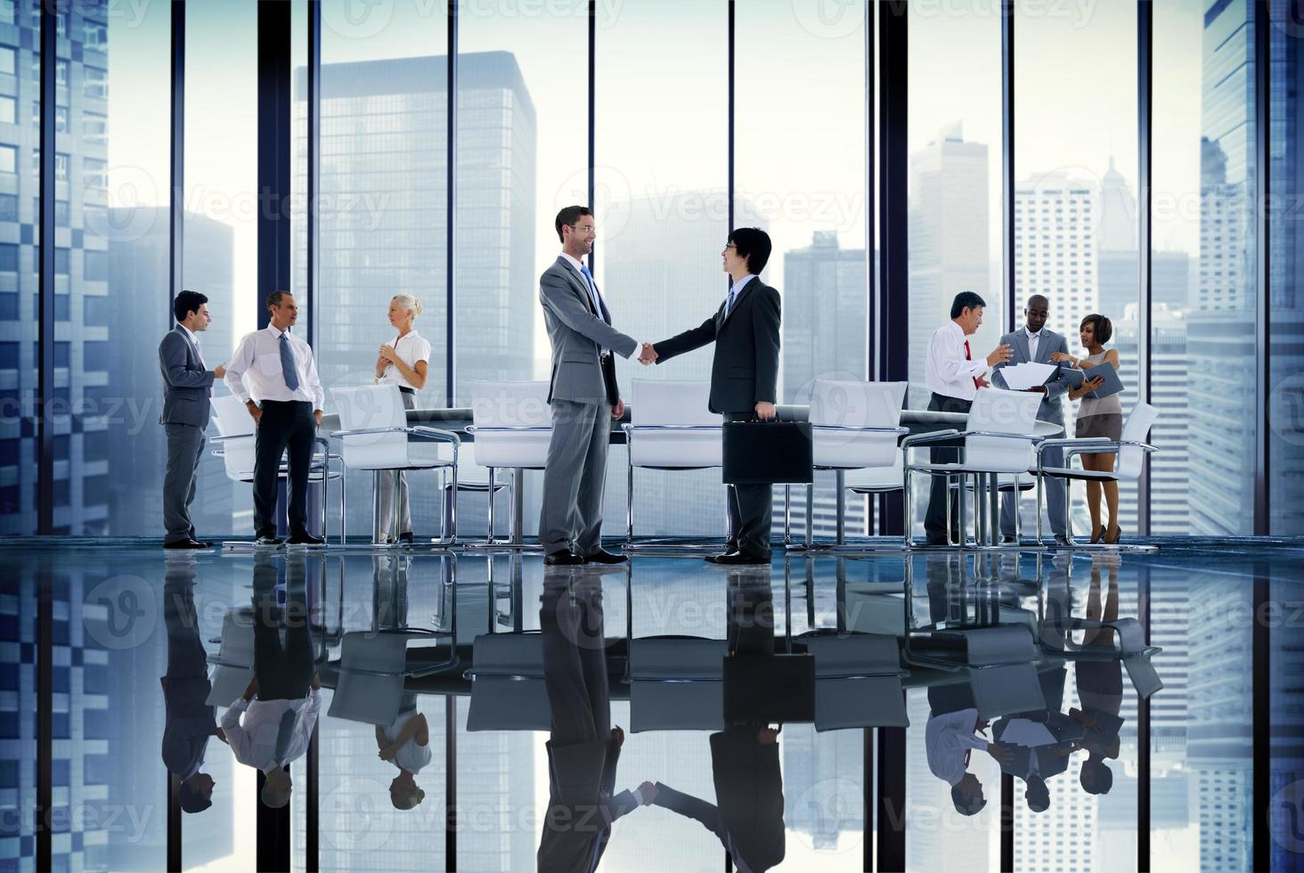 globales Konzept des Geschäftsmannkonferenzmeetings Handshake foto