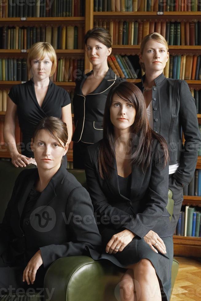 Anwälte stehen zusammen in der Bibliothek foto