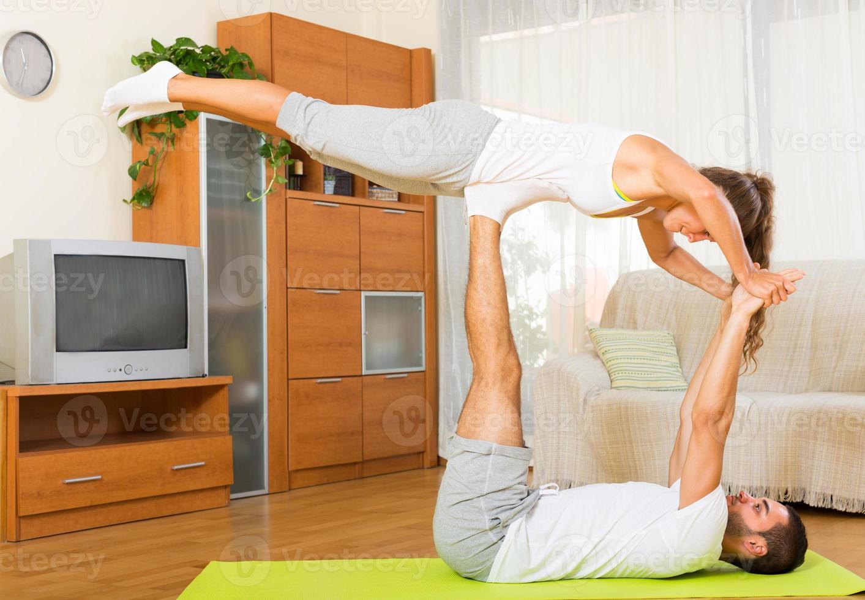 Paar macht regelmäßig Übungen zusammen foto