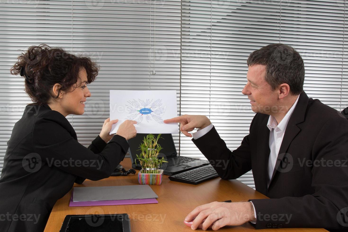 Geschäftsleute analysieren neue Strategie foto