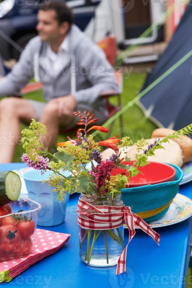 wilde Blumen, die Tabelle auf Familiencampingurlaub verzieren foto