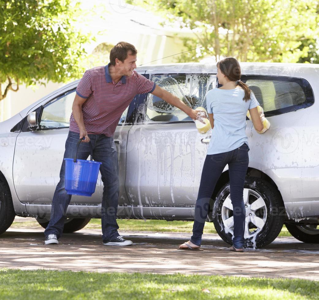 Vater und Tochter im Teenageralter waschen gemeinsam Auto foto