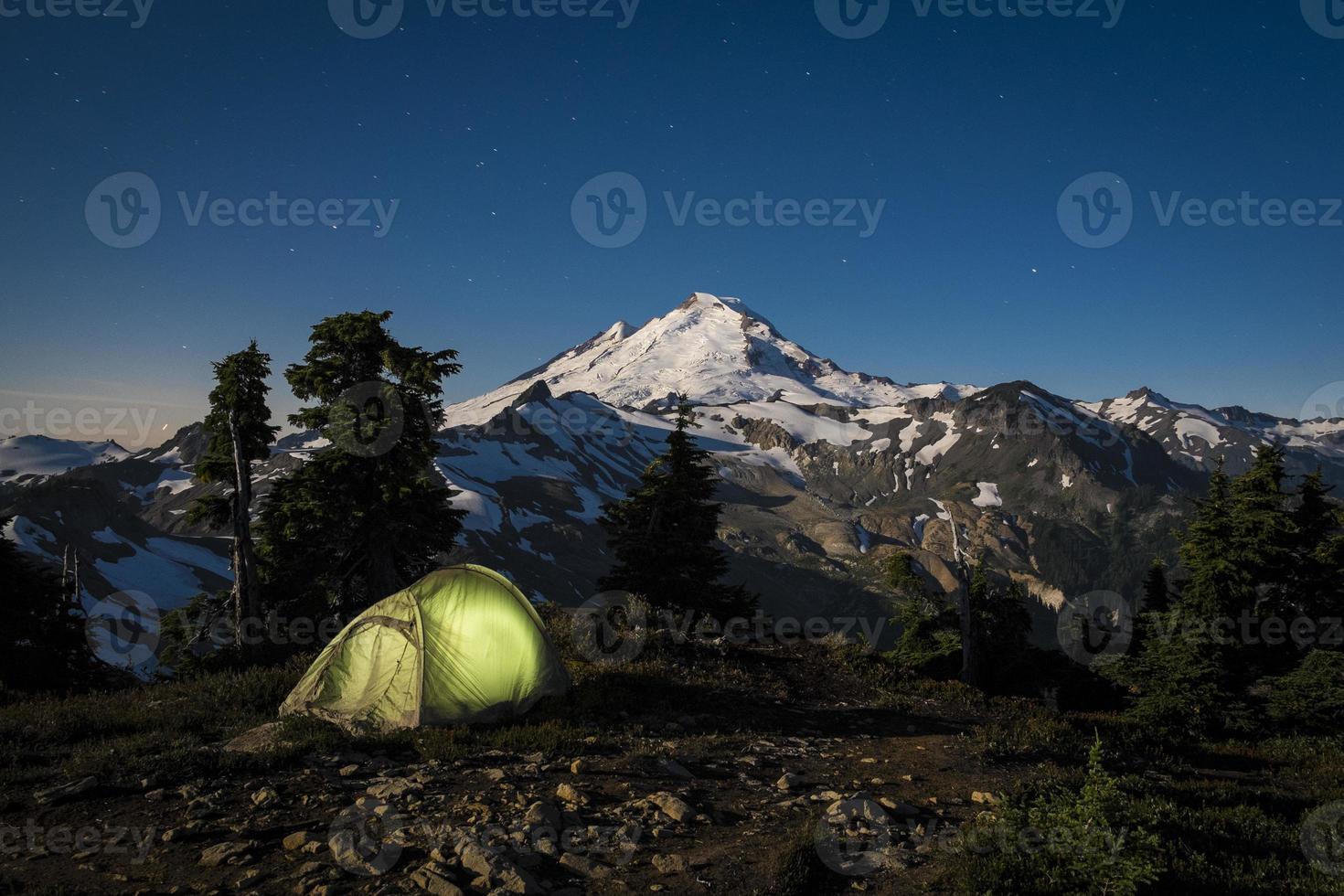 Glühendes Zelt in der Nacht unter Mount Baker, Washington State foto