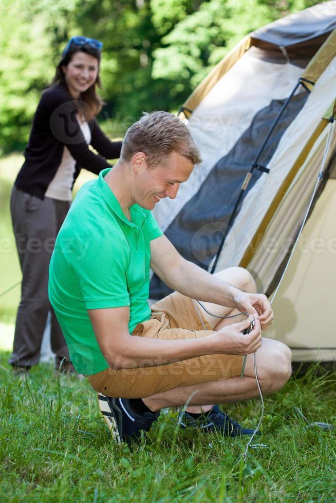 Paar, das ein Zelt aufschlägt foto