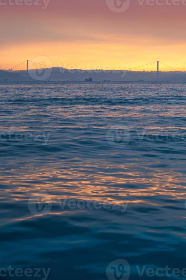 Bosporusbrücke im Morgengrauen foto