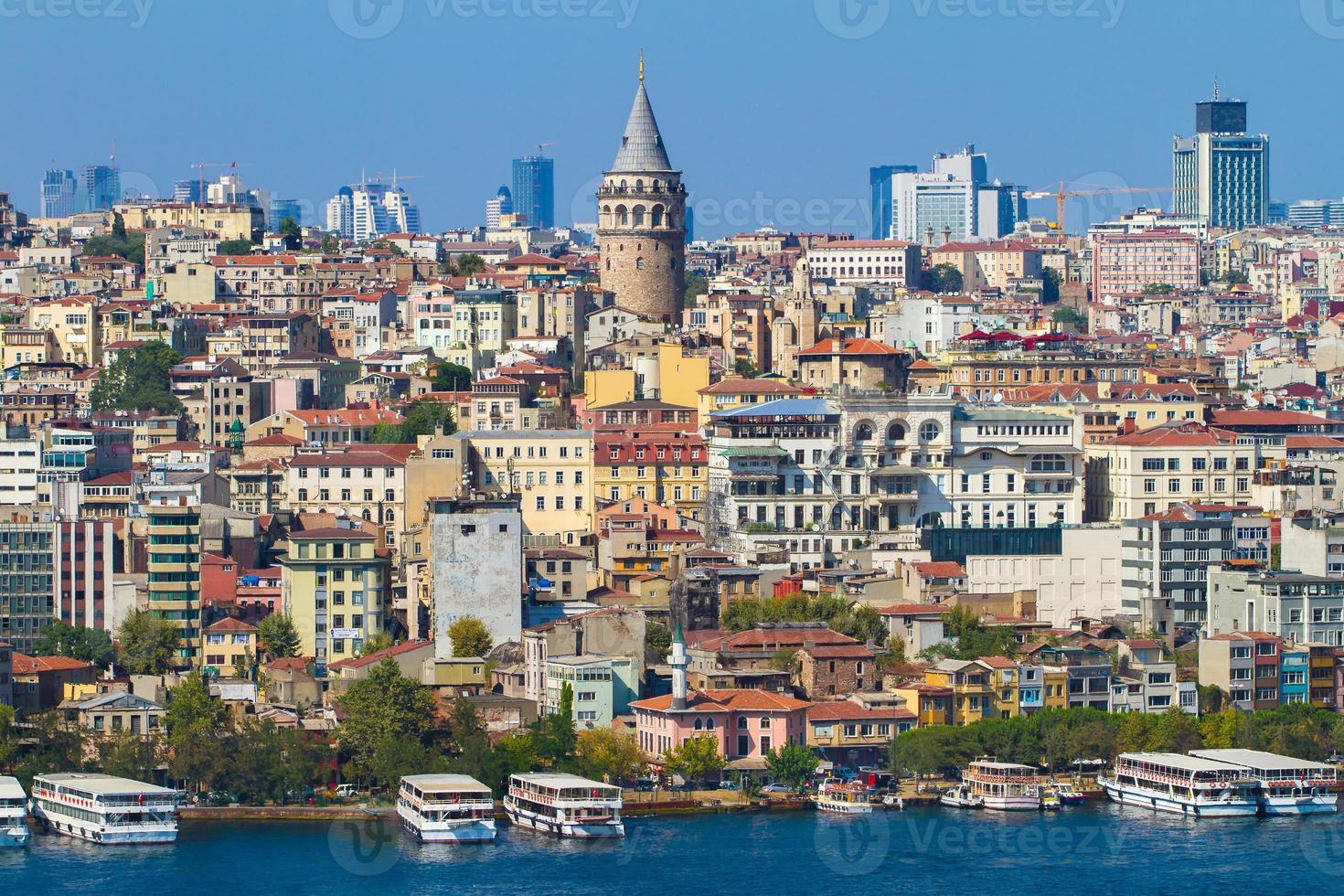 historische Architektur des Bezirks Beyoglu und mittelalterlicher Galataturm foto