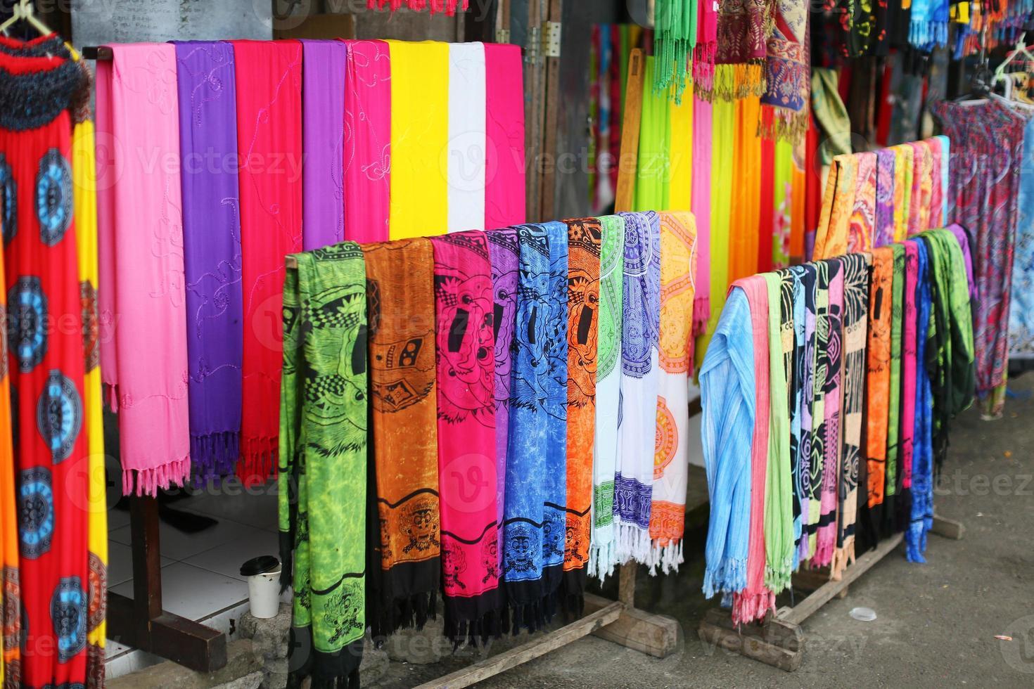 Reihen von bunten Seidenschals, die an einem Markt hängen foto