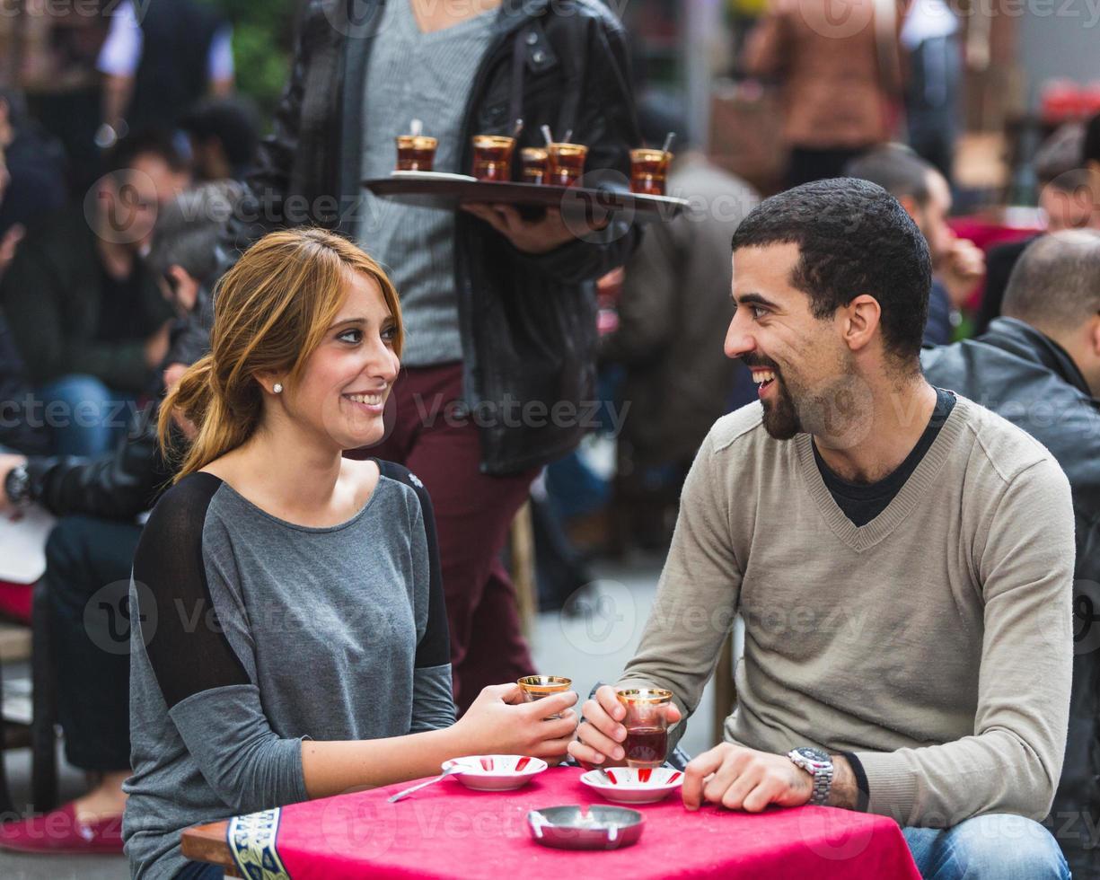türkisches Paar trinkt Cay, traditionellen Tee, in Istanbul foto