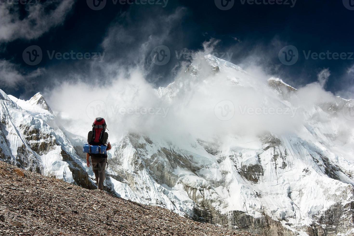 Blick auf Cho Oyu mit Trekker foto