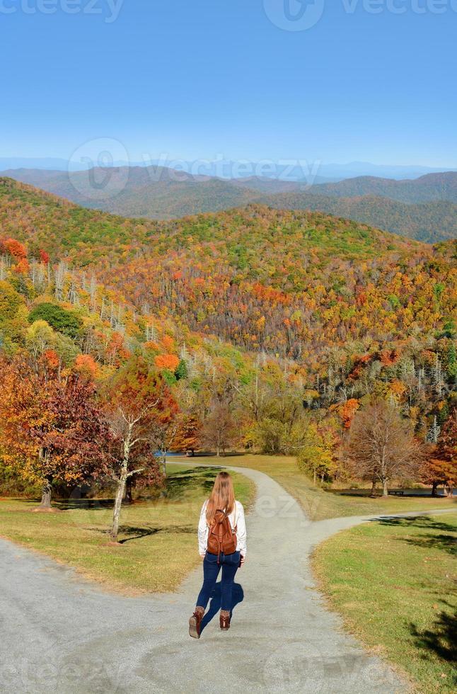 Mädchen, das in den Herbstbergen wandert. foto