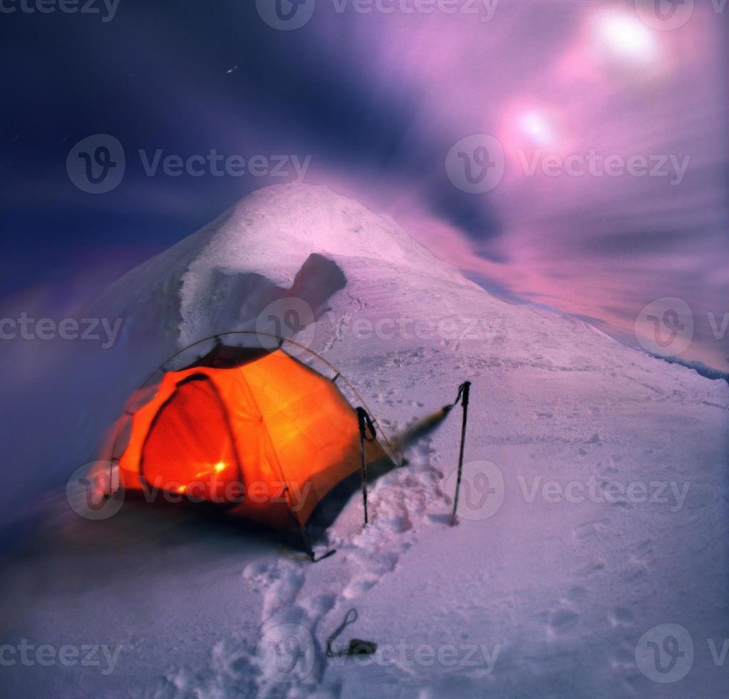 Nacht auf dem Bergrücken verbringen foto
