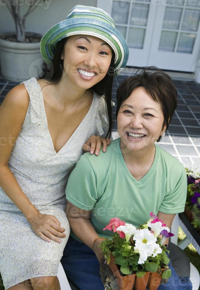 Mutter und Tochter arbeiten gemeinsam im Garten foto