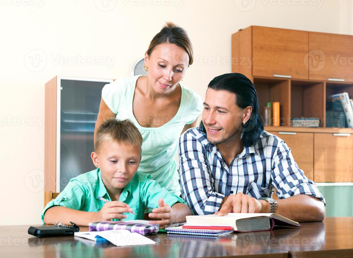 Familie macht Hausaufgaben zusammen foto
