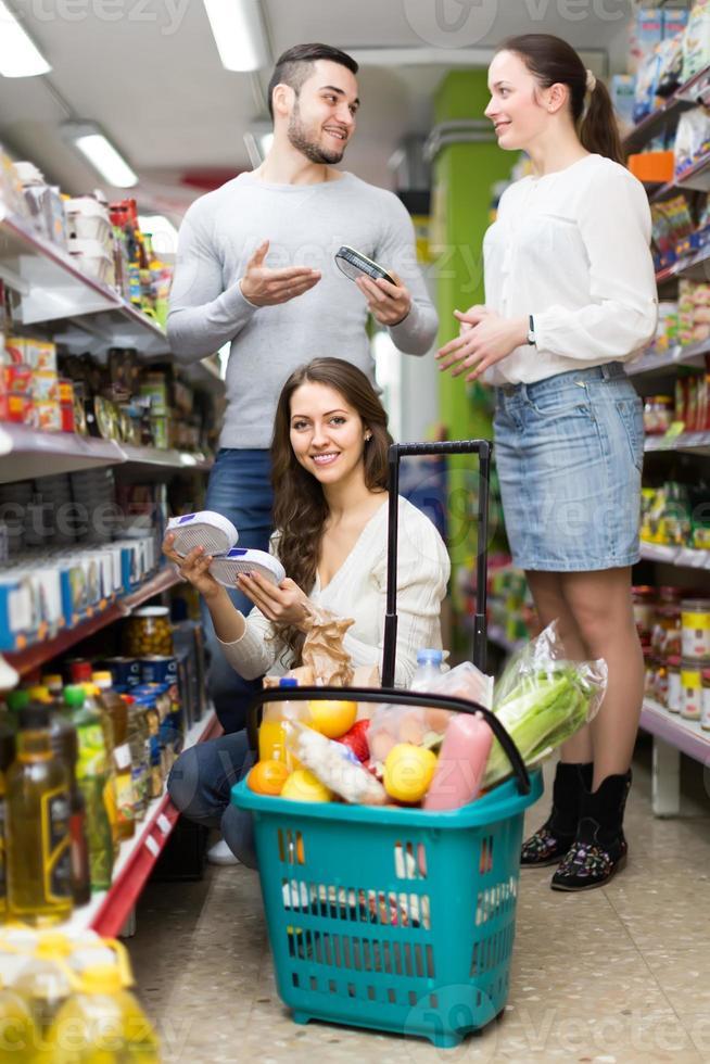 Familie, die Lebensmittel kauft foto