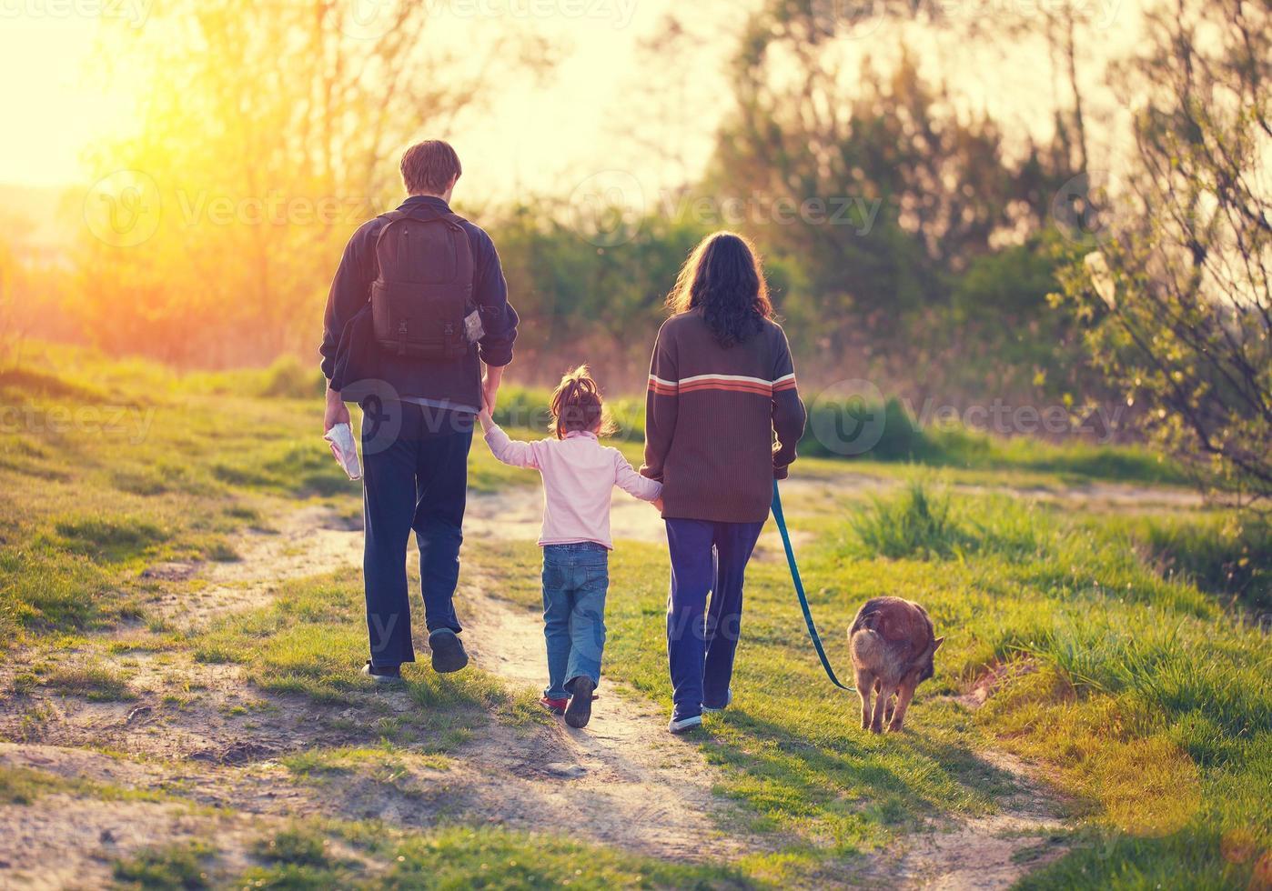 Familie mit Hund spazieren foto