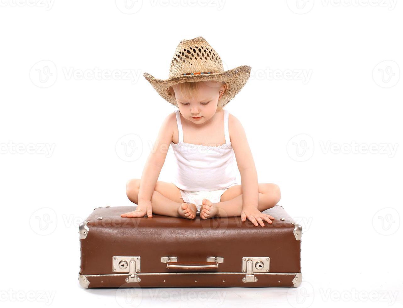 kleines Kind in einem Strohsommer foto