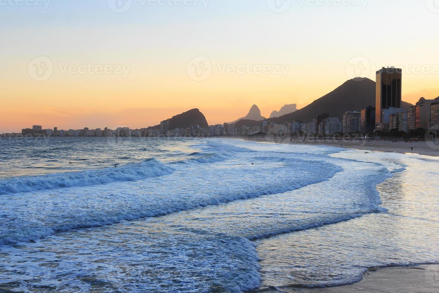 Copacabana Strand, Berg Vidigal, Pedra da Gavea, Meer in der Sonne foto