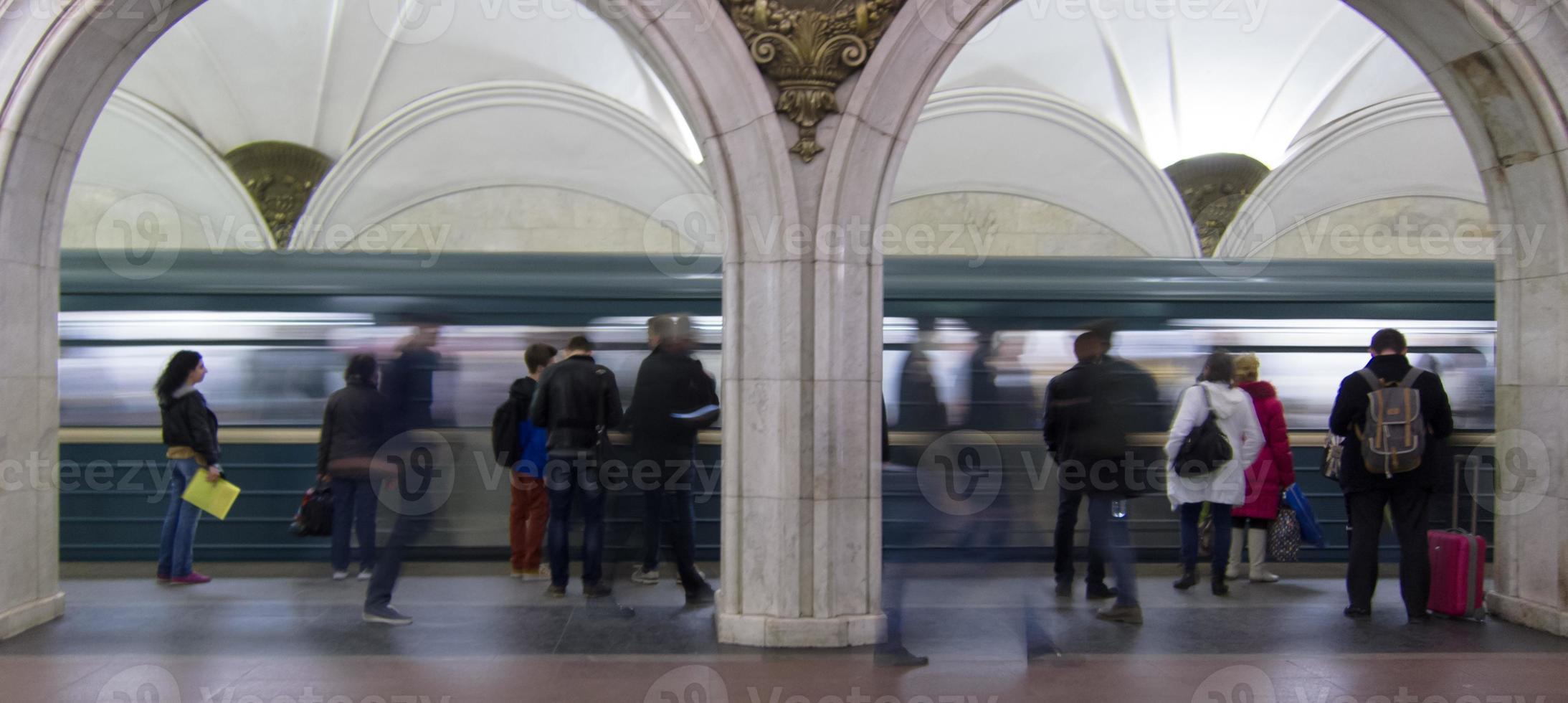 andén del metro de moscú con el metro llegando foto
