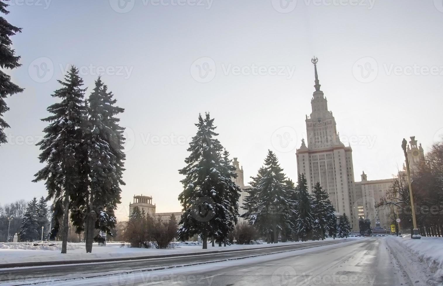 Winterstraße zur Moskauer Universität. foto