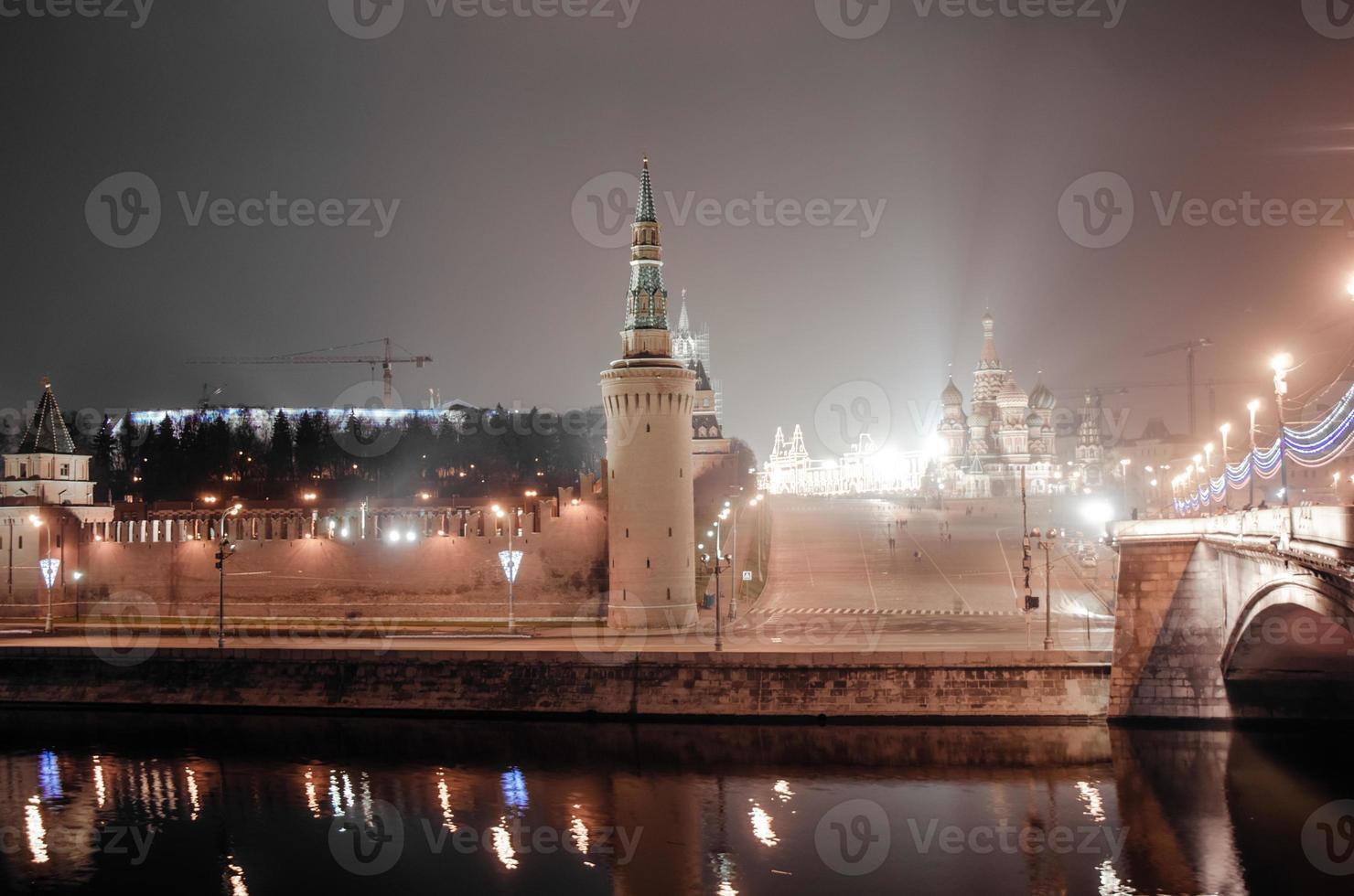 Blick auf den Moskauer Kreml bei Nacht. foto