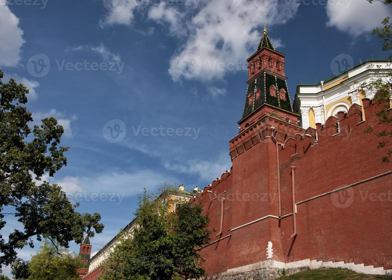 Russland, Moskau: Wall mit Turm des Kremls. foto