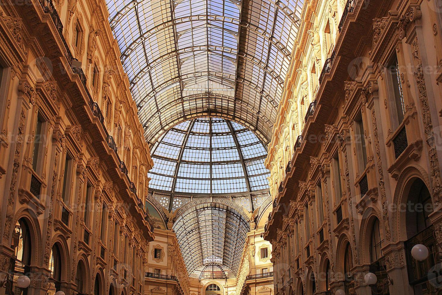 Glasdach von Victor Emanuel Einkaufsgalerie in Mailand. foto