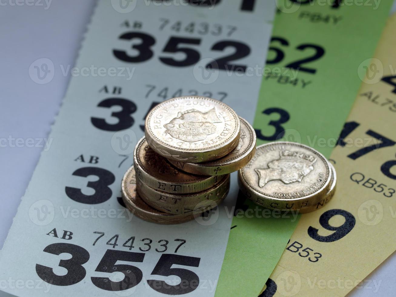 Gewinnspielkarten und Geld foto