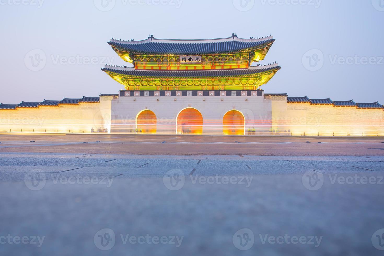 Dämmerung des Gyeongbokgung-Palastes in Seoul, Südkorea foto