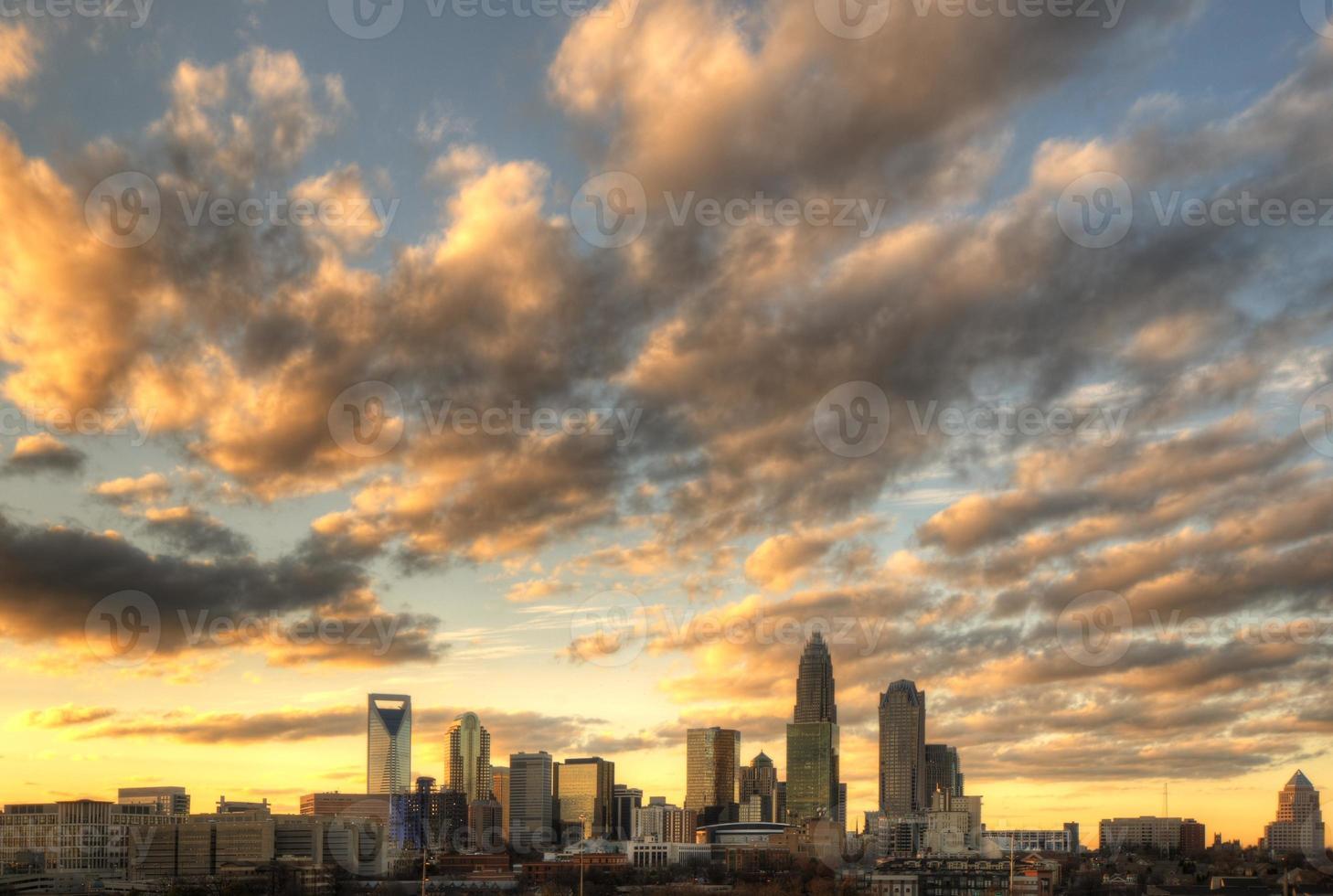 Skyline von Uptown Charlotte unter einem orangefarbenen Sonnenuntergang foto