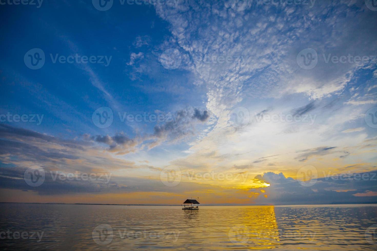 bei Sonnenuntergang schwimmen foto