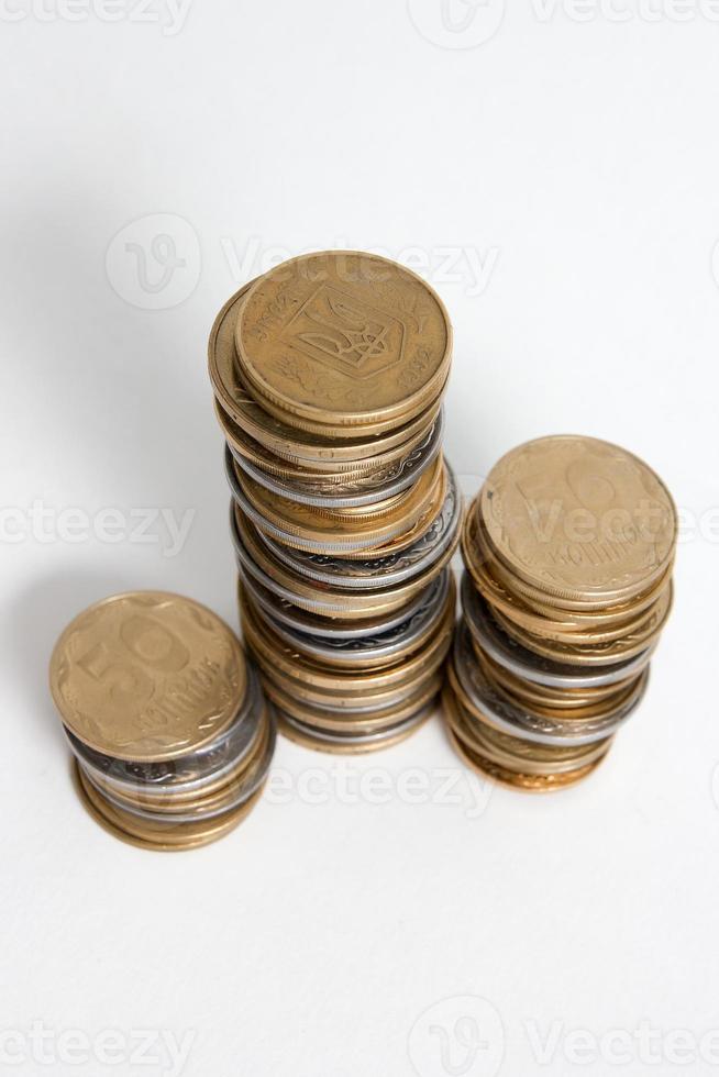 Spalten von Münzen isoliert auf weißem Hintergrund foto
