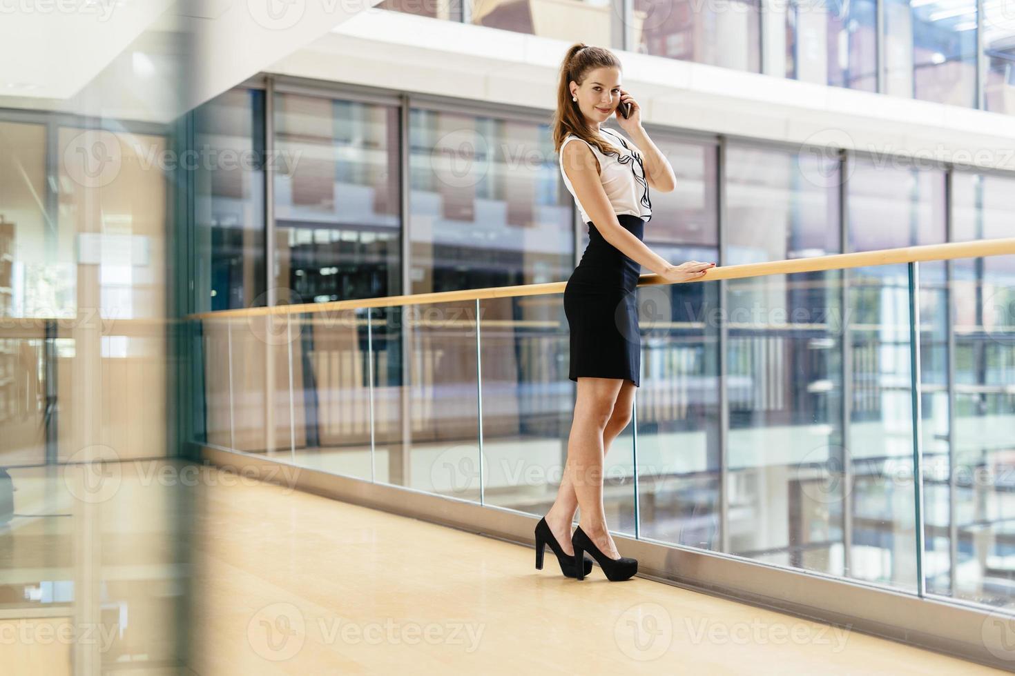 schöne Geschäftsfrau mit Telefon foto