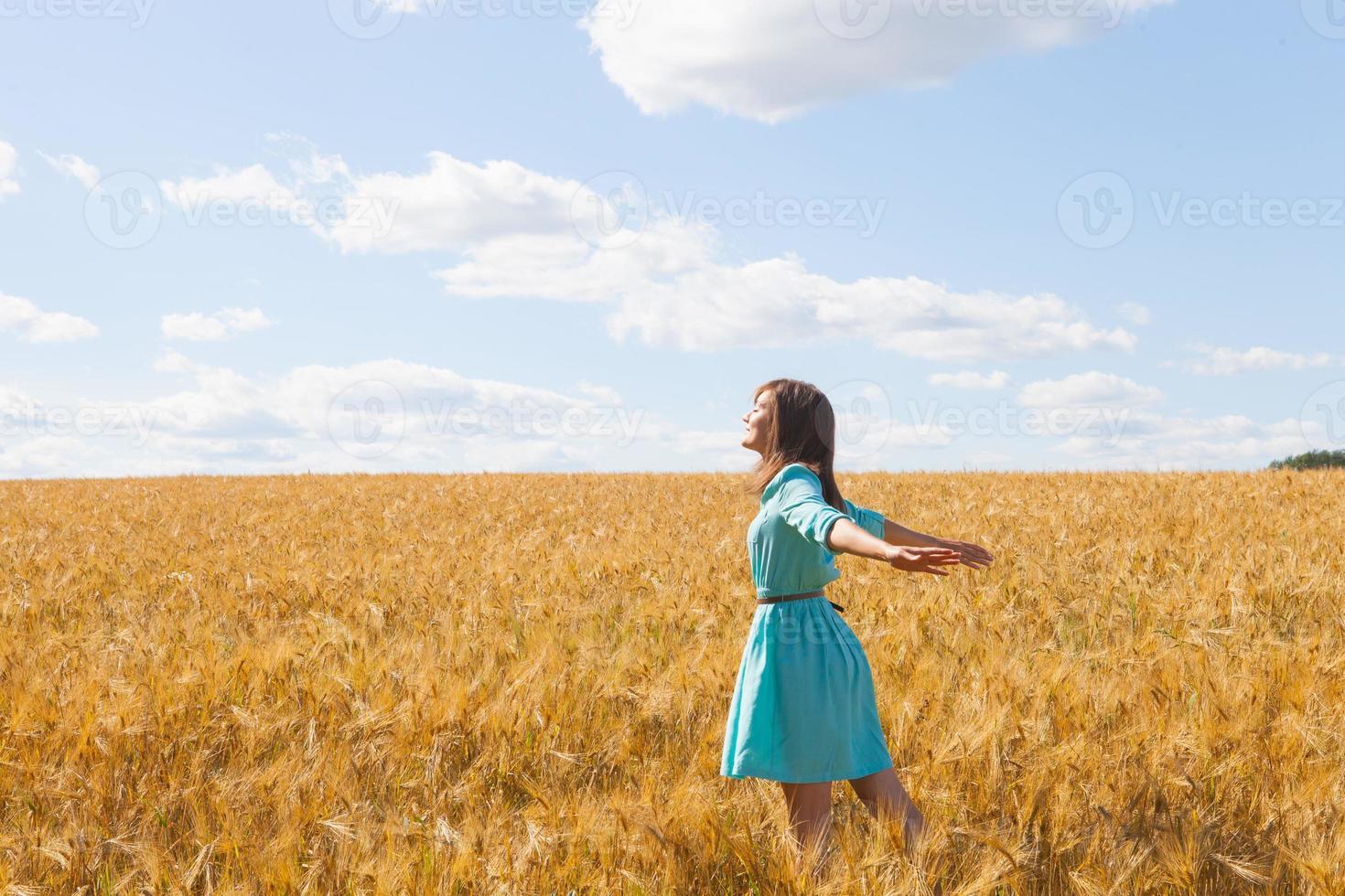 Frau im Weizenfeld foto