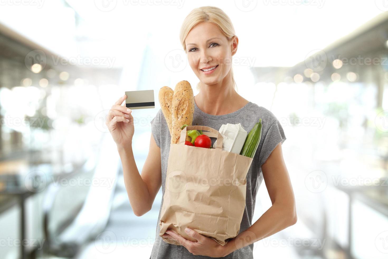 Einkaufen mit Karte im Supermarkt foto