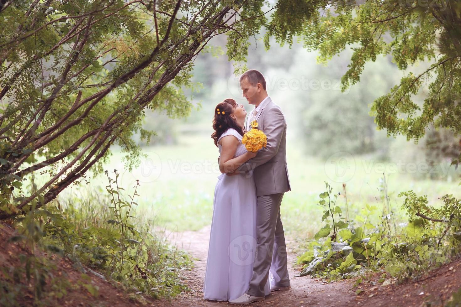 Herbsthochzeit Braut und Bräutigam foto