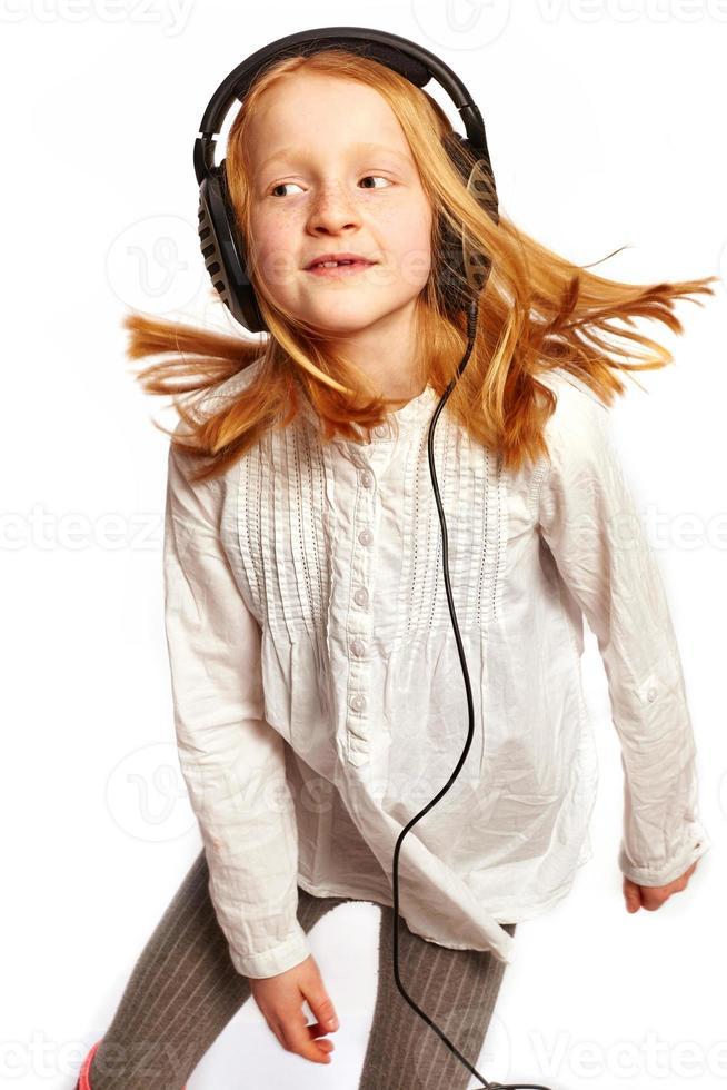 Mädchen tanzt mit Kopfhörern foto