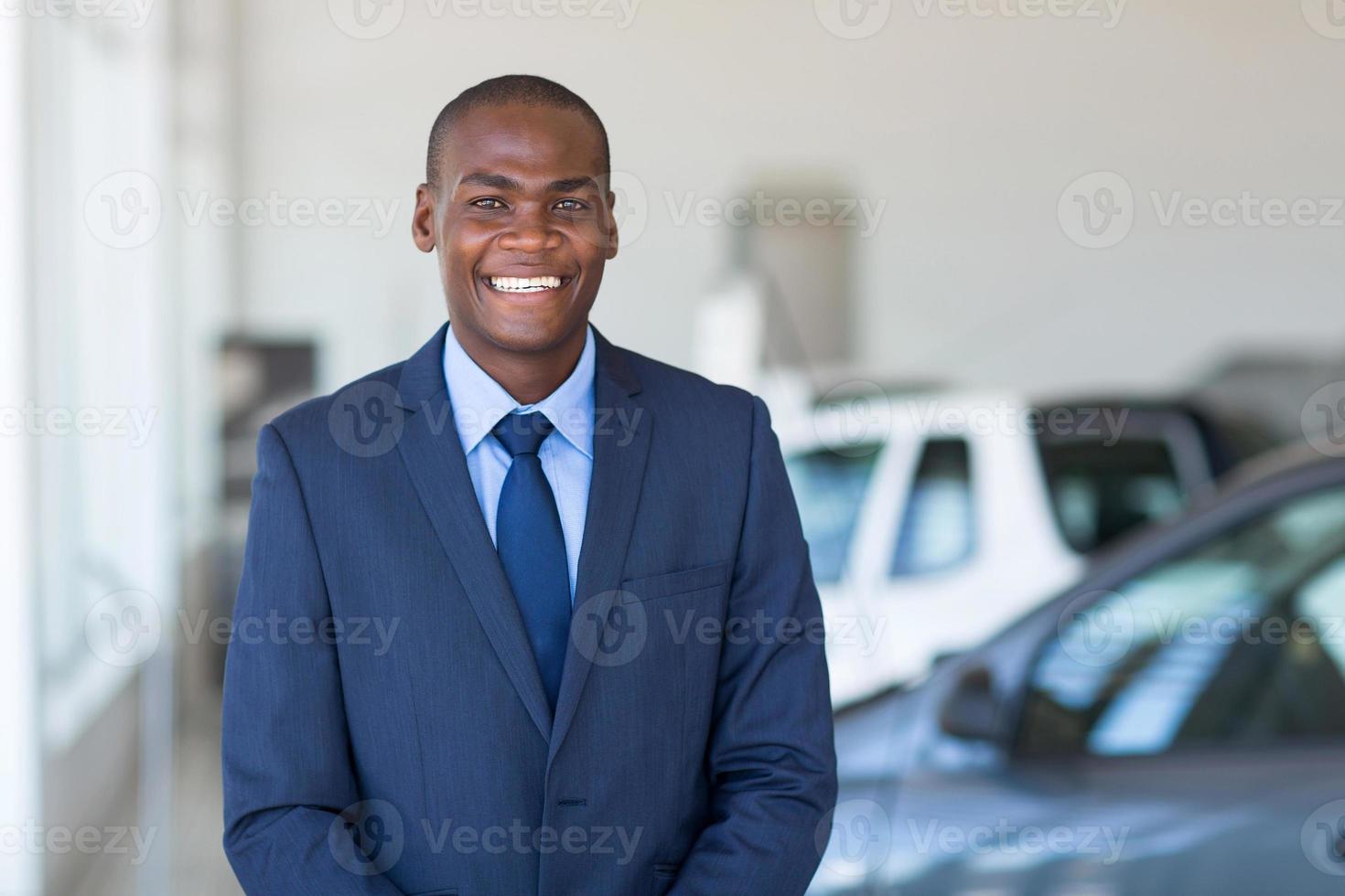 junger afrikanischer Geschäftsmann im Autohaus foto